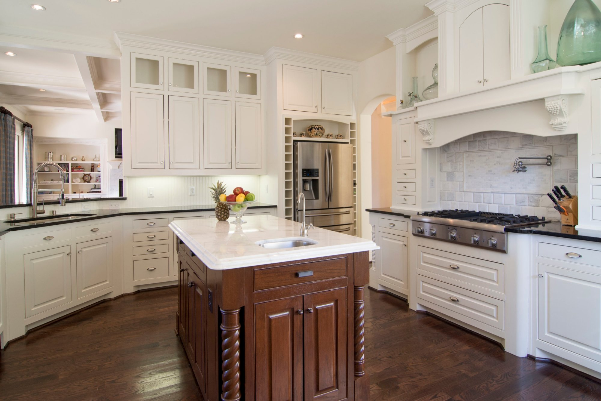 Now Trending: Contrasting Cabinetry