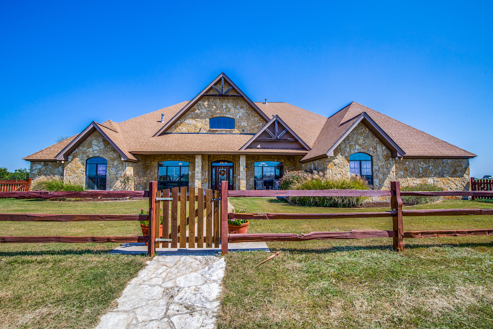 Ranch-style home at 979 Private Road 1562 in Stephenville, Texas